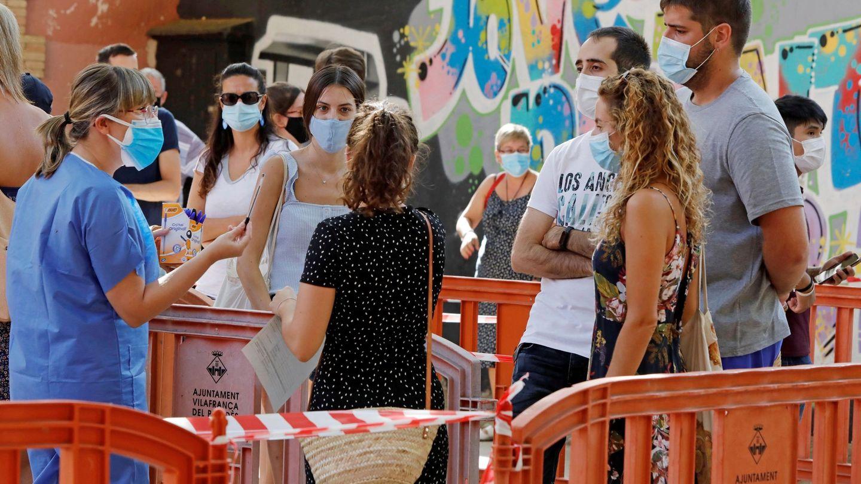 Ciudadanos de Vilafranca hacen cola para test de covid-19. (EFE)