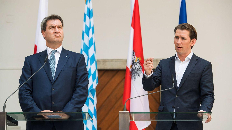 El primer ministro del estado de Baviera, Markus Söder (i), y el canciller austriaco, Sebastian Kurz (d). El damero azul y blanco es la bandera de Baviera. (EFE)