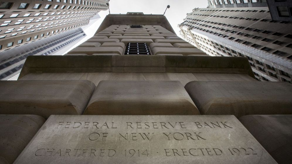 Foto: File photo -  the corner stone of the new york federal reserve bank is seen surrounded by financial institutions in new york's financial district