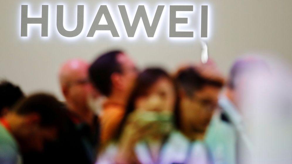 Foto: Grupo de personas frente al logo de Huawei en una imagen de archivo. (Reuters)