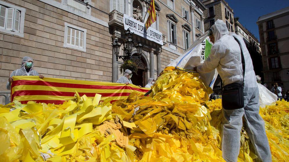 Foto: Acción del grupo Els Segadors del Maresme ante la Generalitat. (EFE)