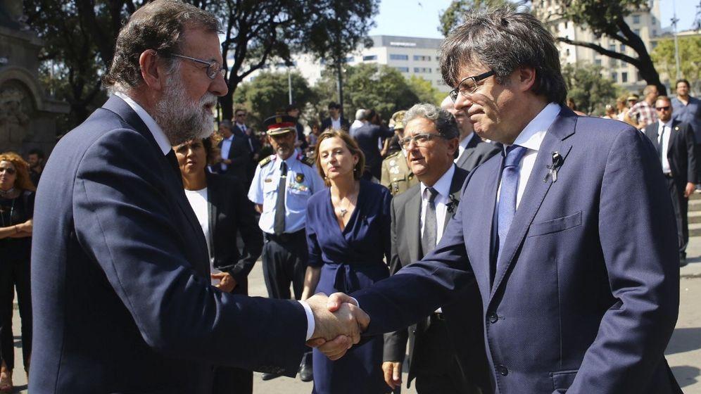 Foto: Mariano Rajoy saluda a Carles Puigdemont antes del minuto de silencio que ha tenido lugar en la plaza de Catalunya (Barcelona). (EFE)