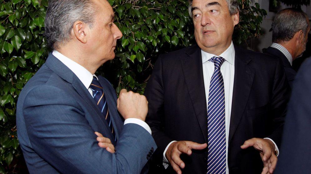 Foto: Juan Rosell, con el presidente de la patronal valenciana, Salvador Navarro, en Alicante. (EFE)