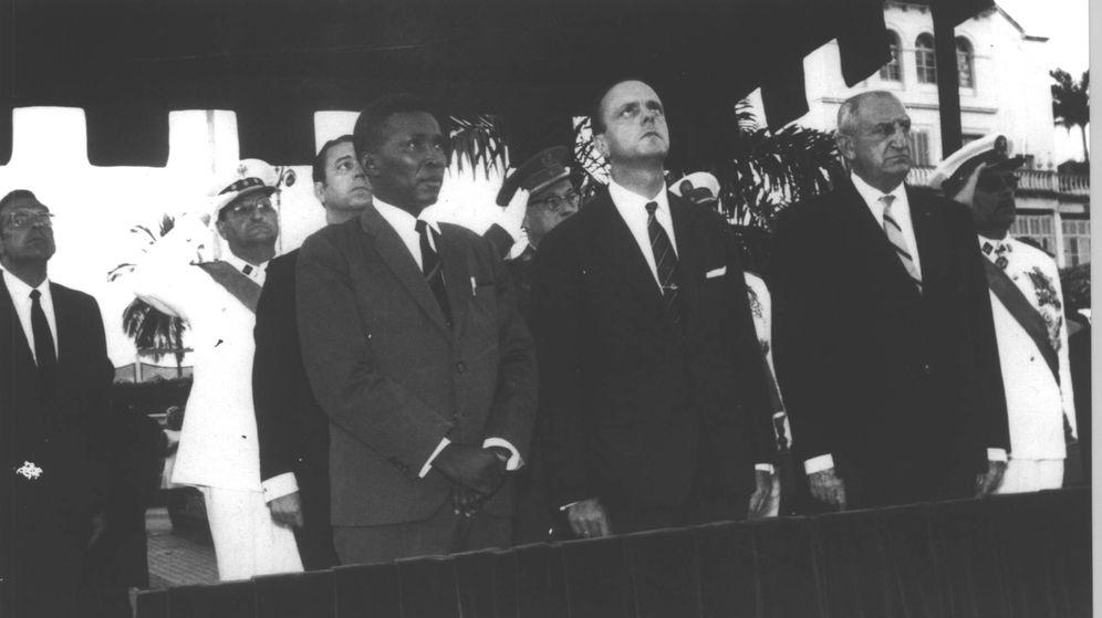 Foto: Macías, Fraga y detrás del guineano, el embajador de España Juan Durán Lóriga y el coronel Eduardo Alarcón Aguirre en Guinea el Día de la Hispanidad, 12 de otubre de 1968.