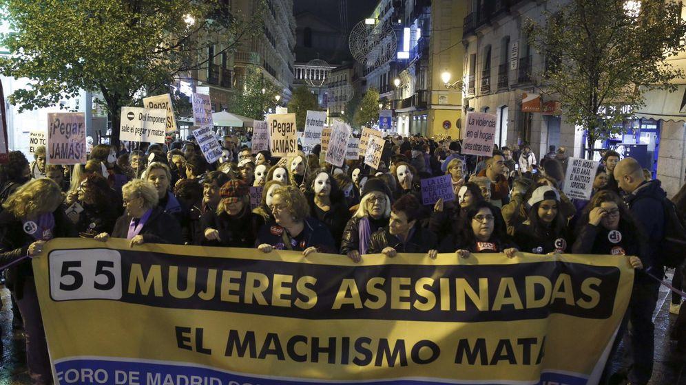 Foto: Cabecera de la manifestaación convocada por UGT contra la violencia de género recorriendo la capital. (Efe)