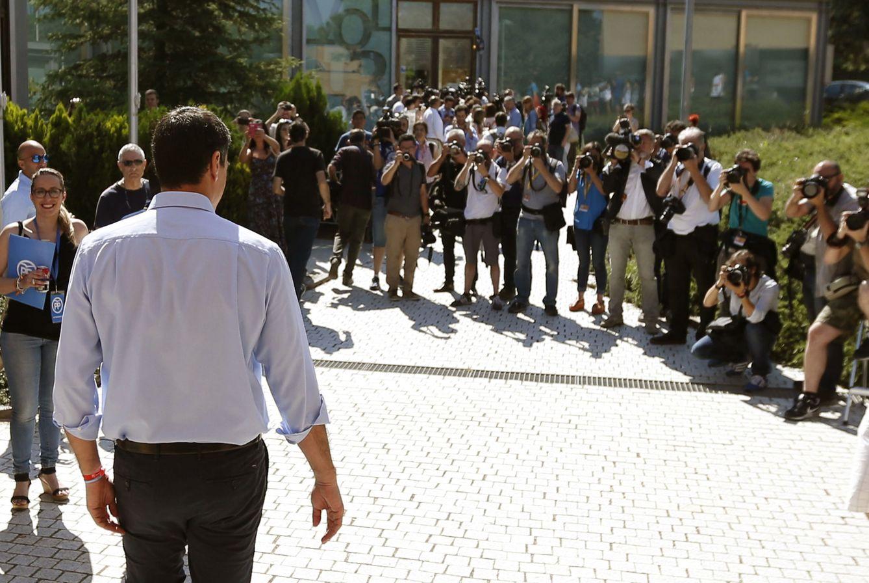 El candidato socialista, tras depositar su voto. (EFE)
