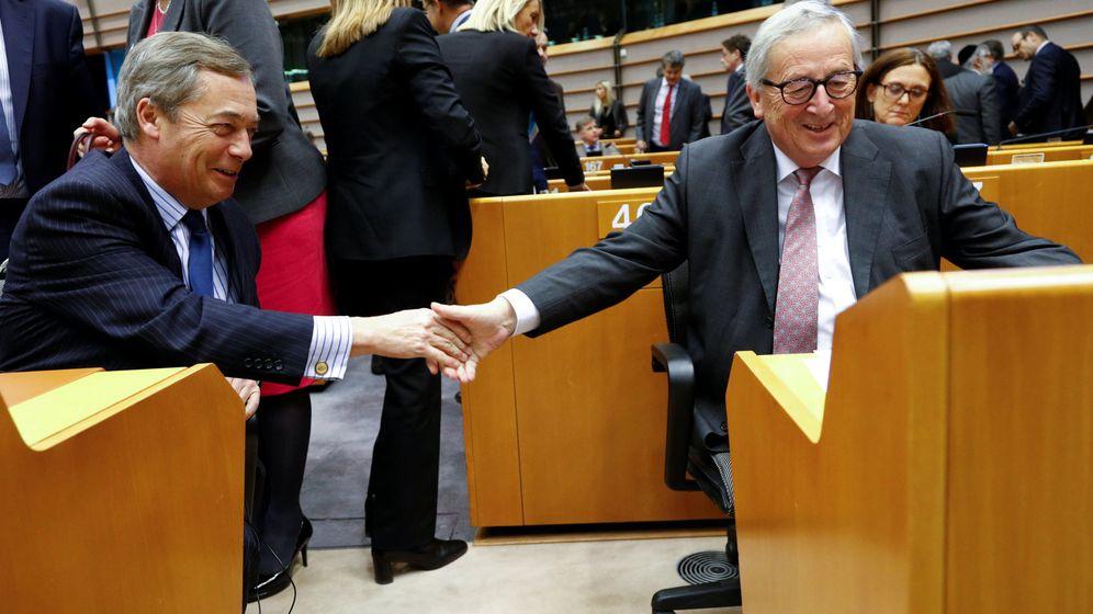 Foto: Juncker, presidente de la Comisión Europea, saluda a Nigel farage durante una sesión del Parlamento Europeo en Bruselas. (Reuters)