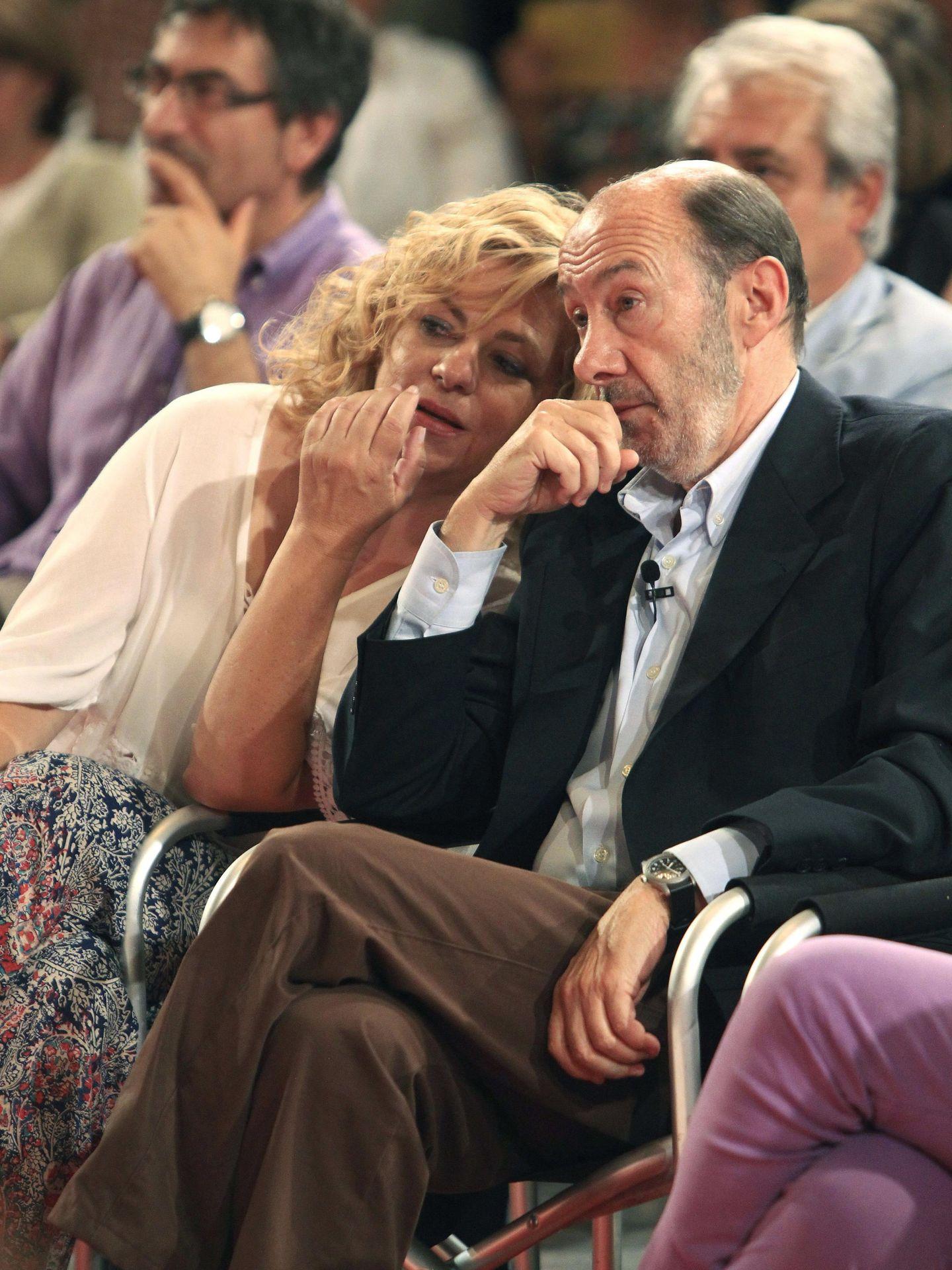 El desaparecido Alfredo Pérez Rubalcaba,  junto a Elena Valenciano. (EFE)
