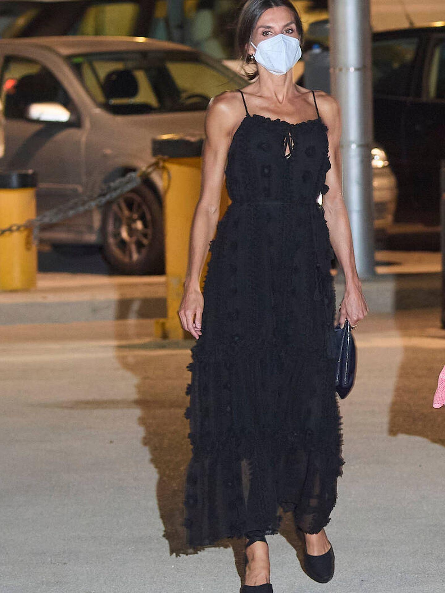 La reina Letizia en Mallorca con vestido negro. (Limited Pictures)