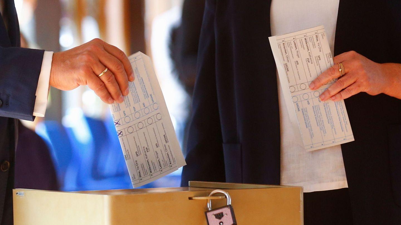 El candidato conservador Armin Laschet deja ver su voto. (Reuters)