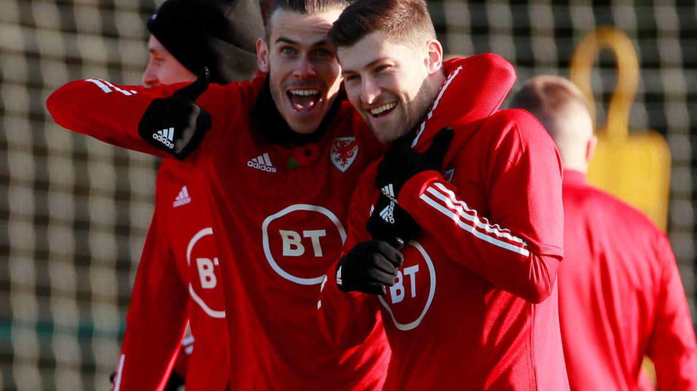 Gareth Bale, junto a su compañero de la selección galesa. (Reuters)