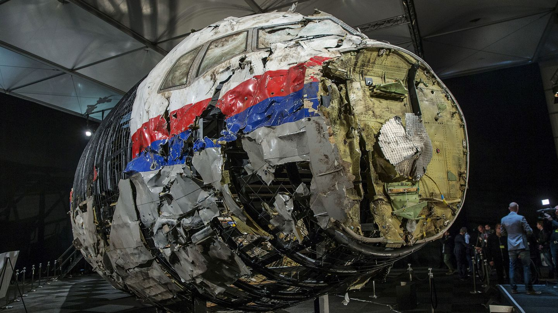 Restos reconstruidos del Boeing 777-200ER de Malaysia Airlines estrellado en julio de 2014. (Reuters)