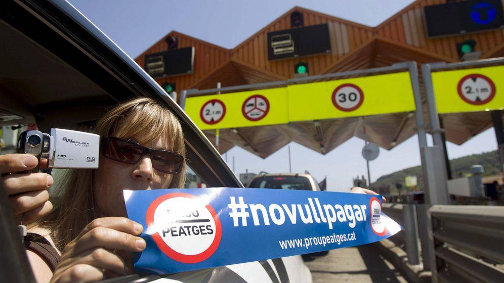 Foto: Una mujer protesta contra los peajes en una imagen de 2012. (EFE)