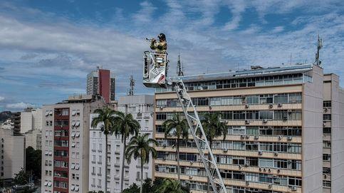 Un bombero da un concierto a 50 metros de altura a los vecinos confinados en Río