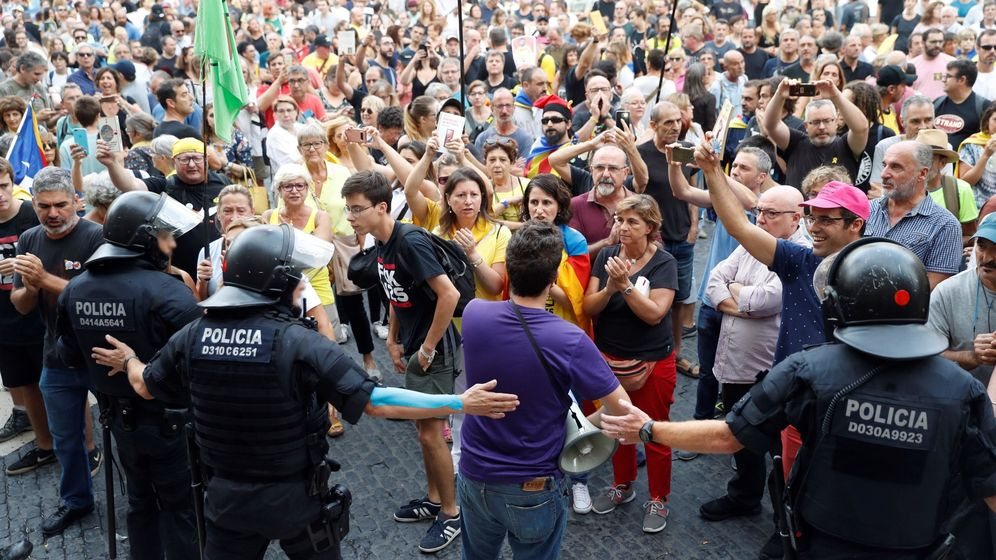 Foto: Grupo de soberanistas se concentraron el domingo en la plaza Sant Jaume donde la asociación Hablamos Español habia convocado otra manifestación contra la imposición lingüística. (EFE)