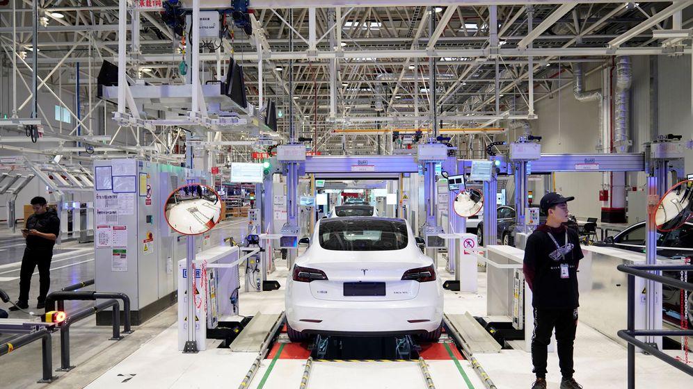 Foto: Línea de montaje del Model 3 en la fábrica de Tesla en Shanghai. (Reuters)