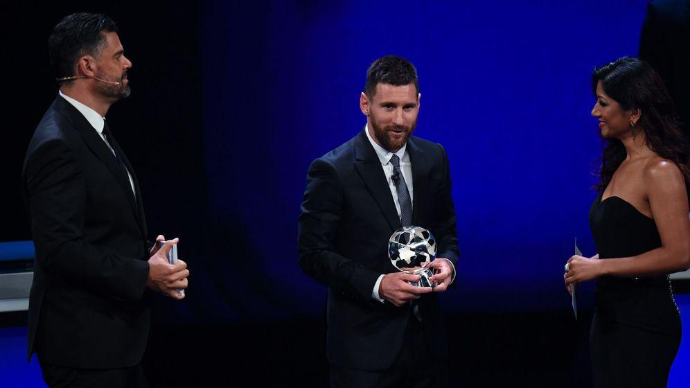 Foto: Leo Messi recoge su premio a mejor delantero de la pasada Champions League. (EFE)