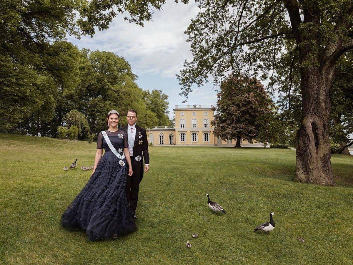 Foto: Victoria de Suecia y Daniel, posando frente al palacio de Haga por su décimo aniversario. (Elisabeth Toll / Casa Real)
