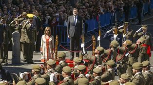 Mayo floreado y vistosos paracaidistas para el primer año de presidenta de Cifuentes