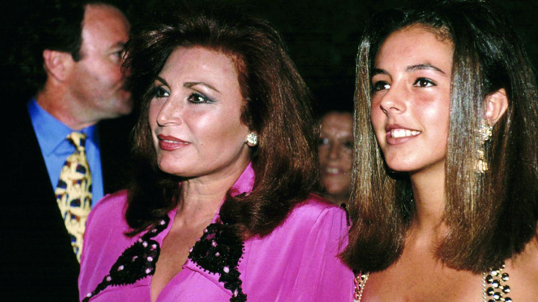 Junto a su hija, Rocío Carrasco, en la década de los 90. (Gtres)