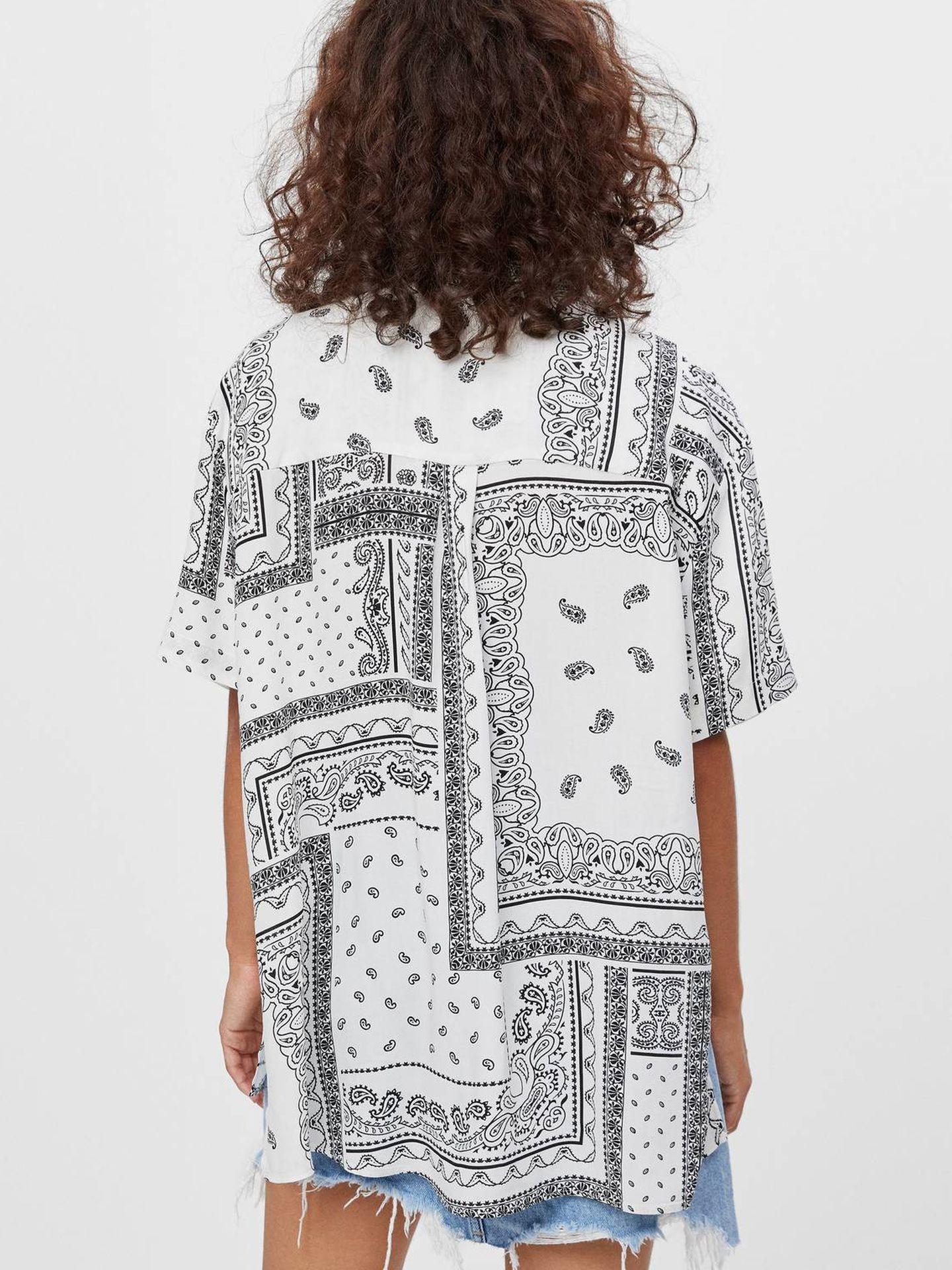 Camisa paisley de Bershka. (Cortesía)