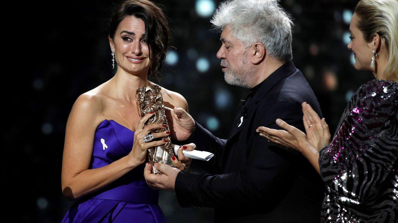 Penélope Cruz, recibiendo su César de honor de manos de Pedro Almodóvar. (EFE)
