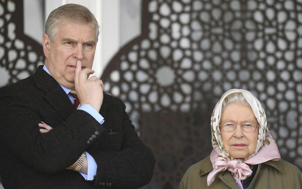 Foto: El príncipe Andrés y la reina Isabel II en una imagen de archivo. (EFE)