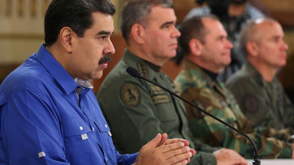 Foto: El presidente de Venezuela, Nicolás Maduro, junto a varios militares. (Reuters)