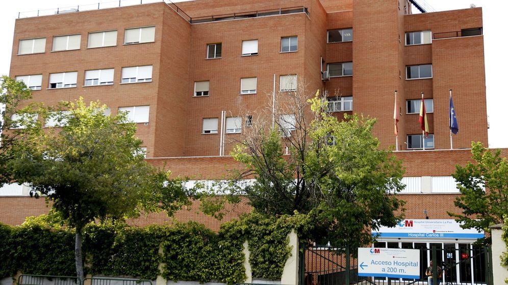 Foto: Fachada del Hospital La Paz-Carlos III de Madrid donde permanece hospitalizada la enfermera que atendió al fallecido por fiebre hemorrágica de Crimea-Congo. (EFE)