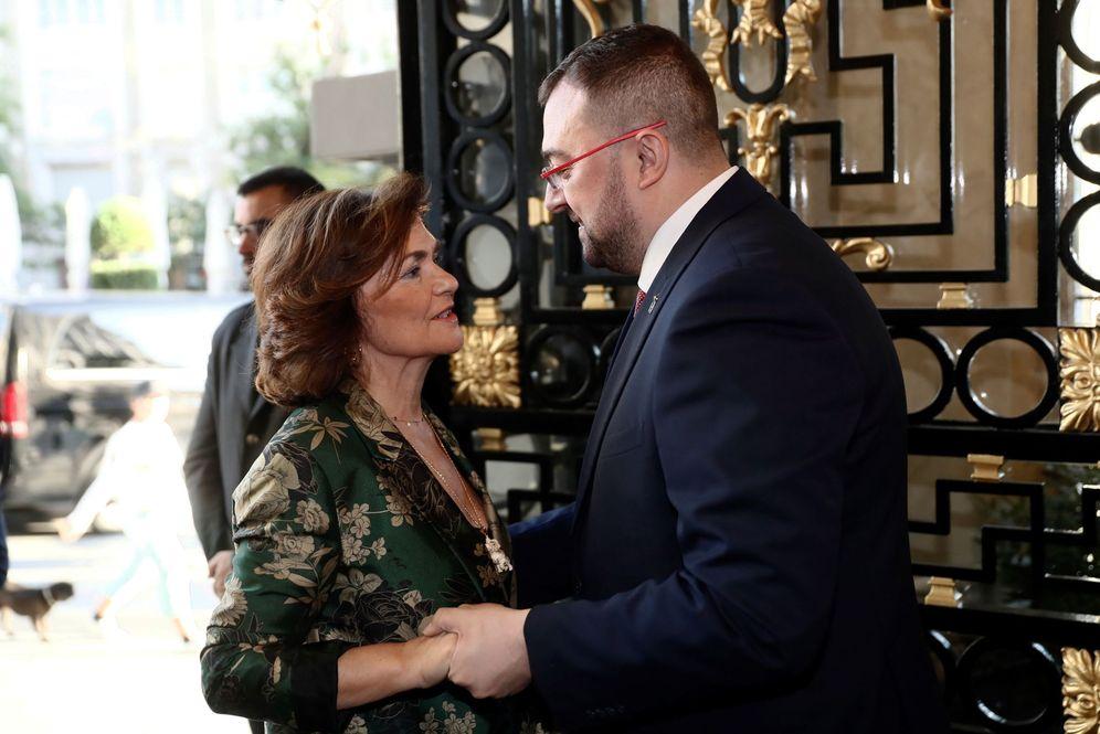 Foto: La vicepresidenta del Gobierno, Carmen Calvo, con el presidente de Asturias, Adrián Barbón, este 23 de septiembre en el hotel Westin Palace de Madrid. (EFE)