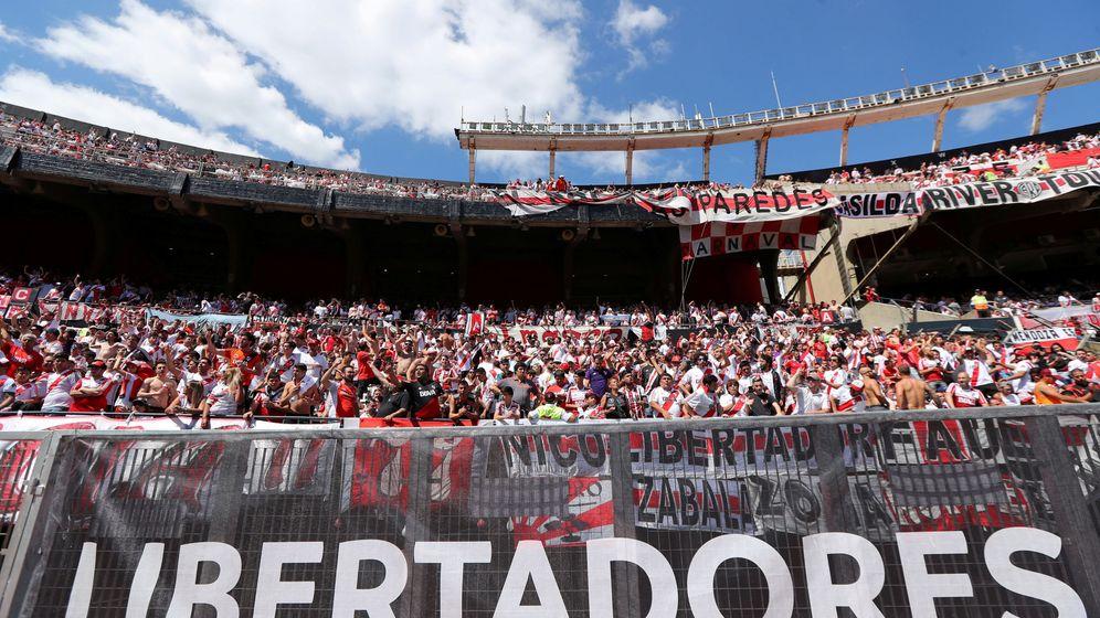 Foto: Aficionados de Rivern en la ida de la Final de la Copa Libertadores. (Reuters)