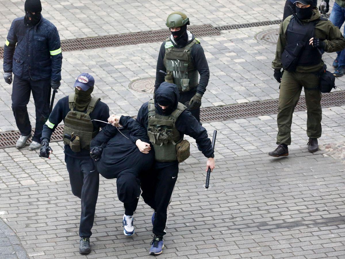 Foto: Policías bielorrusos detienen a un manifestante durante la manifestación. (EFE)