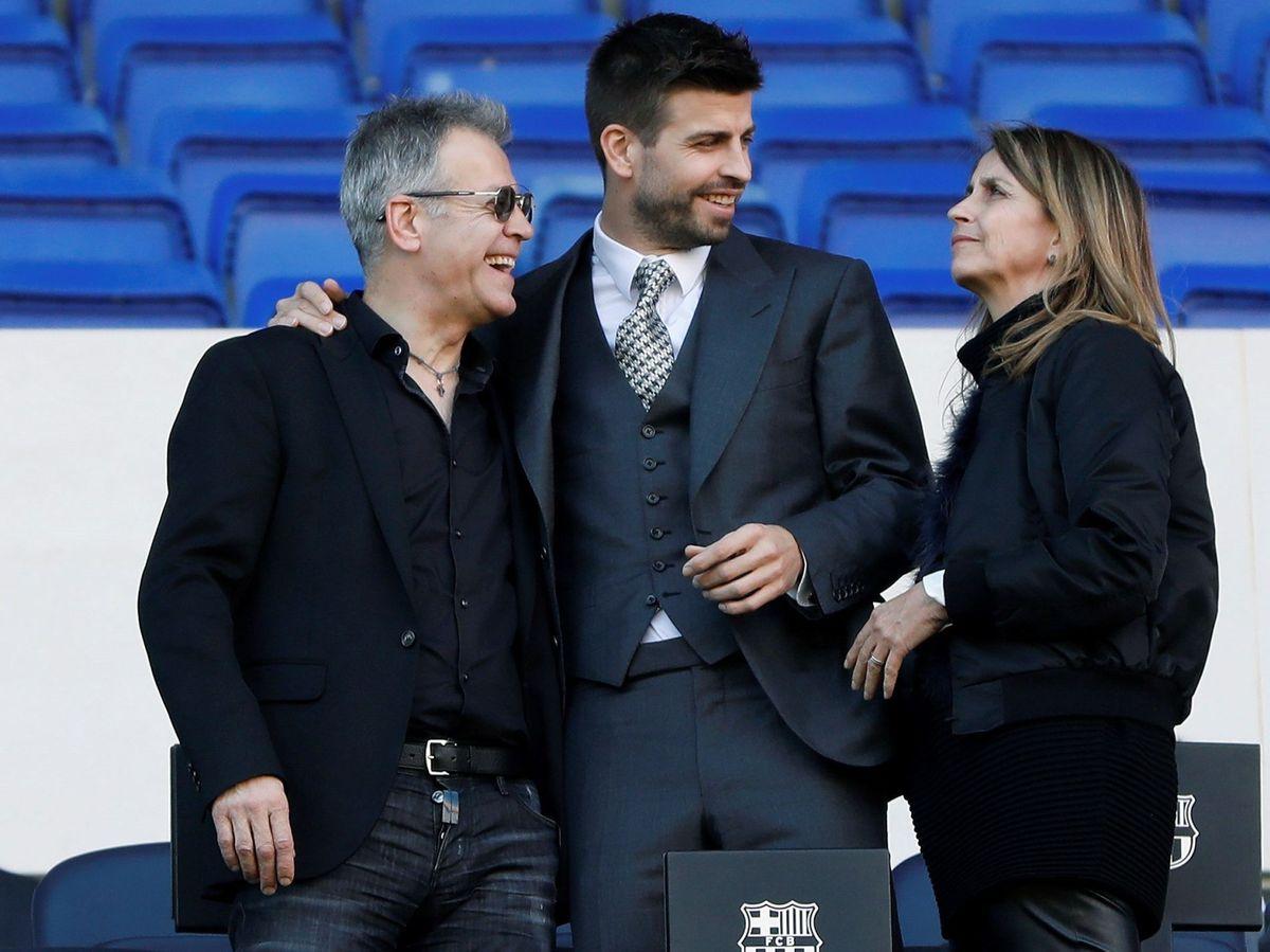 Foto: Gerard Piqué, junto a sus padres, en las gradas del Camp Nou. (EFE)