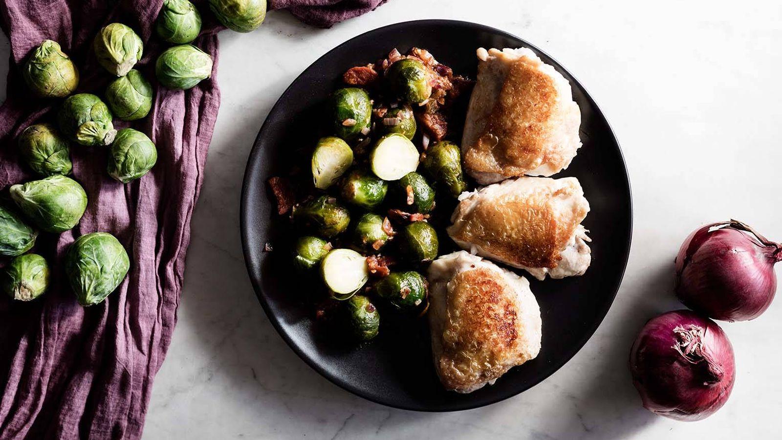Foto: Aprende a elaborar esta receta de contramuslos de pollo con chorizo y coles. (Foto: Snaps Fotografía)