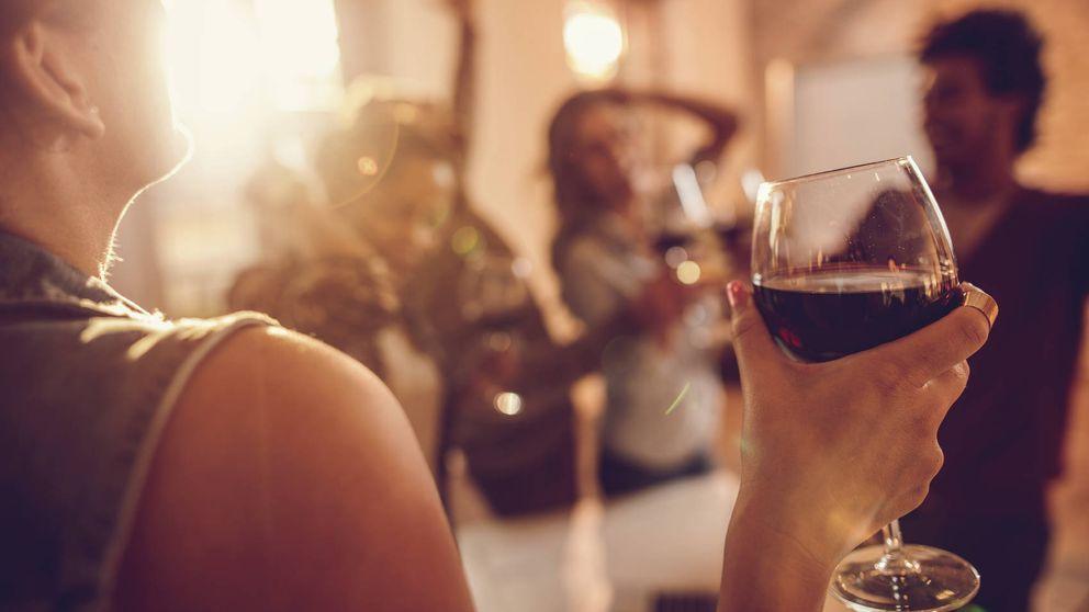 La razón por la que nunca debes beber vino antes de la cena