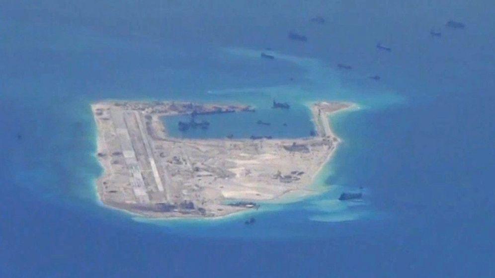 Foto: Embarcaciones chinas alrededor de una de las islas Spratly, en una fotografía tomada por la marina estadounidense en mayo de 2015. (Reuters)