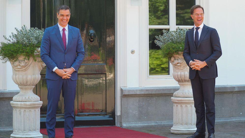 Foto: El presidente del Gobierno español, Pedro Sánchez (i), junto al primer ministro holandés, Mark Rutte (d). (EFE)
