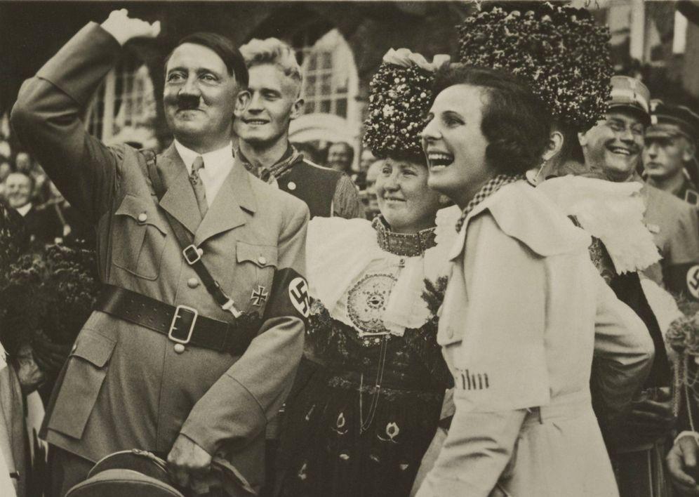 Foto: Hitler, pasándolo bien junto a su amiga Leni Riefenstahl en 1934. (Cordon Press)