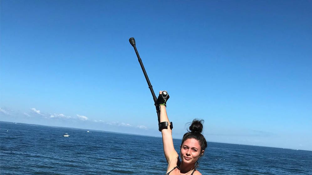 Foto: Hannah, con sus bastones y sus ayudas ortopédicas (Foto: Fundación Reeve)
