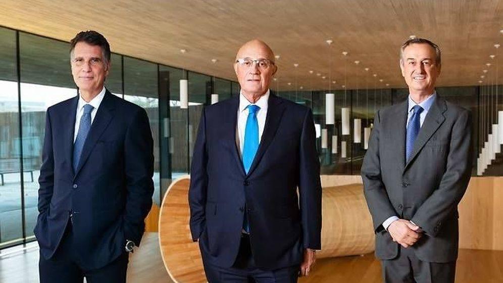 Foto: Jaume Guardiola (i), Josep Oliu (c) y César González-Bueno (d).