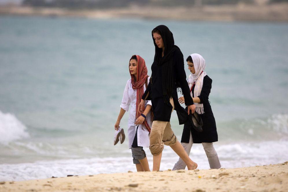 Foto: Mujeres iraníes caminan junto al mar en la isla de Kish, en agosto de 2008 (Reuters).