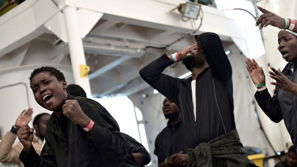 Foto: Inmigrantes bajan del Aquarius en el puerto de Valencia el 17 de junio. (EFE)