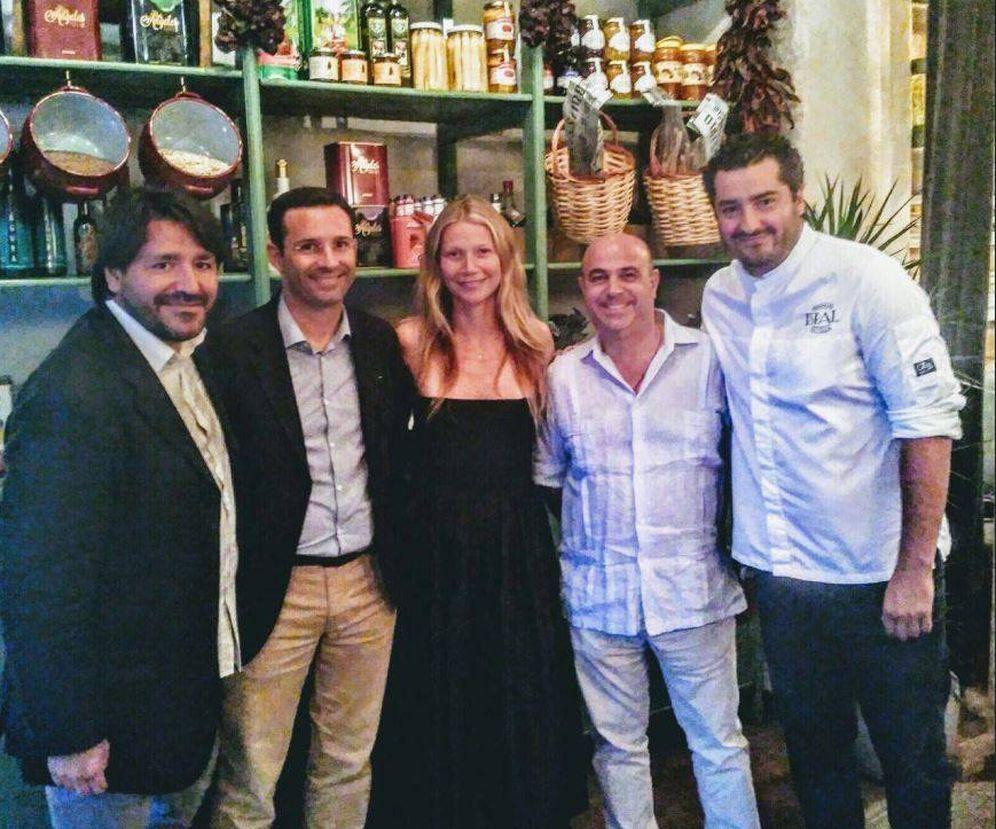 Foto: Gwyneth Paltrow junto a los dueños del local. (RRSS)