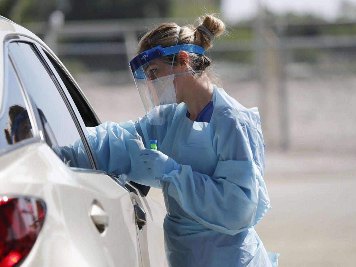 Foto: Personal sanitario realiza pruebas del coronavirus. (EFE)