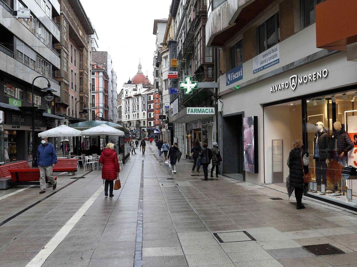 Foto: Calle comercial de Oviedo, el pasado martes. (EFE)
