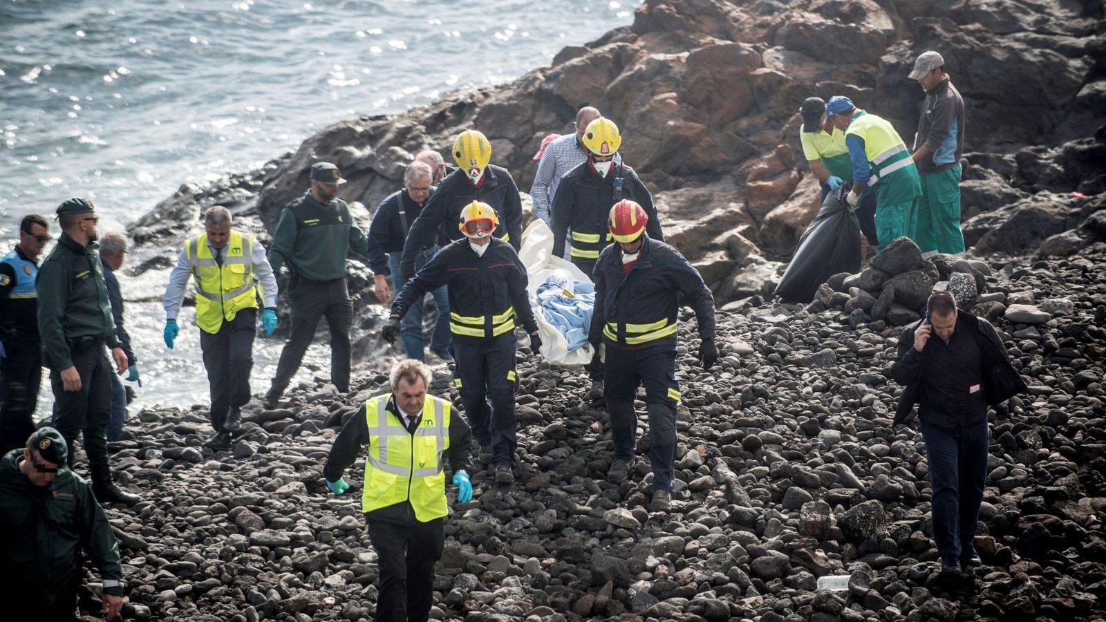 Foto: Efectivos de los servicios de Emergencias trasladan el cuerpo de uno de los fallecidos en la playa Bastián de Costa Teguise. (EFE)