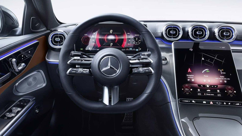 Puesto de conducción muy tecnológico con las dos grandes pantallas.