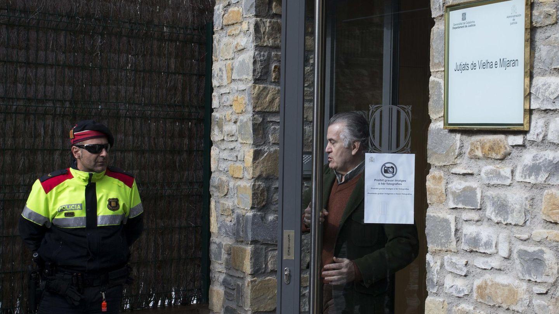 El extesorero del PP Luis Bárcenas a su salida del juzgado de Vielha (Lleida), en 2015. (EFE/Alejandro García)
