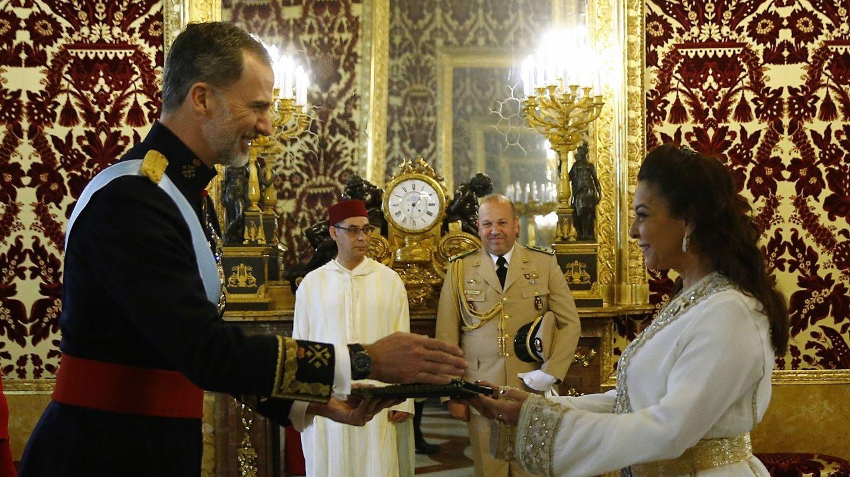 Felipe VI, junto a Karima Benyaich en una imagen de archivo. (EFE)