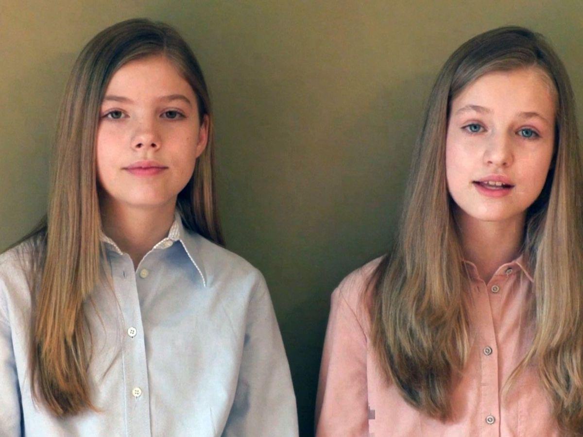 Foto: Leonor y Sofía, ayer durante su mensaje de agradecimiento. (EFE)